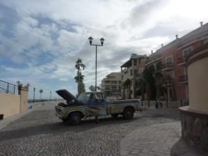 Il pick up di Leon in panne sul Malecon di Loreto
