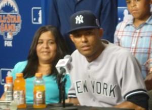 Mariano Rivera con la moglie durante la conferenza stampa