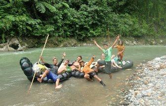 Un gruppo si prepara a tornare a Bukit Lawang in tubing