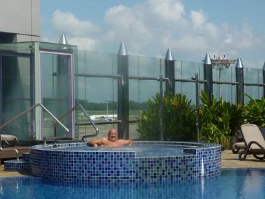 Eccomi in piscina all'aeroporto di Singapore