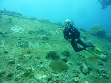 Mia moglie Elisabetta posa di fronte alla scritta Heian Maru