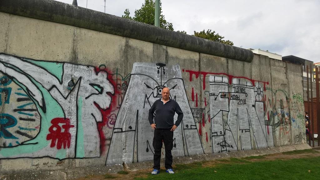 Schiro sotto il muro
